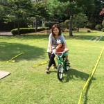 自転車に乗りながらピース