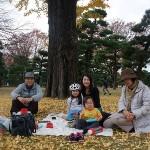 りほちゃんファミリー銀杏の下でピクニック