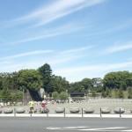 観光客でいっぱいの皇居二重橋前