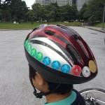 ヘルメットに並ぶ合格シール