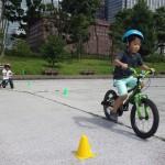 兄は自転車、妹はキックバイクで